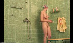 Wet amateur chick shaving her legs and looking extremely hot