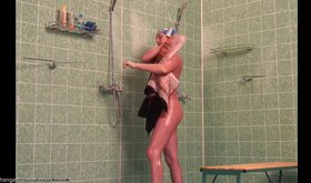 Slim amateur shows her wet naked body in the showers (HD voyeur)